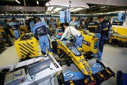 Des membres de Renault F1 au travail
