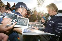 Nico Rosberg signe des autographes