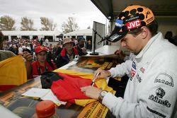 Christijan Albers signe des autographes