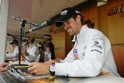 Tiago Monteiro signe des autographes