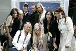 Robert Doornbos avec les jeunes femmes de Formule 1