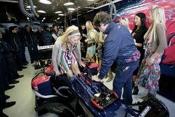 Les jeunes femmes de Formule 1 visitent le garage Red Bull Racing