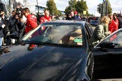 Michael Schumacher et sa femme Corina arrivent sur la piste