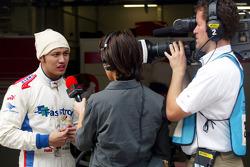 Ananda Mikola pour l'Indonésie est interviewé par Lee Mackenzie de A1 TV