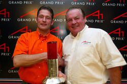(L-R): Winnaar van de meest spectaculaire inhaalactie Jos Verstappen (NED) A1 Team Nederland en Alan Jones (AUS) A1 Team Australië Seat Holder