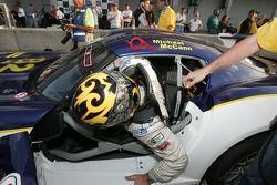 Le vainqueur Mike McCann sort de sa voiture