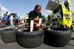 Un membre de l'équipe Terry Cook prépare les pneus pour la course