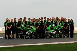 Photo de famille pour l'équipe Kawasaki Racing