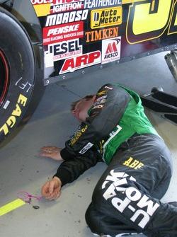 Jason Leffler regardent en-dessous de sa voiture
