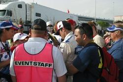 Kasey Kahne signe des autographes pour les fans