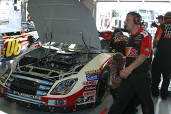 Travail sur la voiture de Kenny Wallace