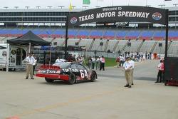 Un officiel de la NASCAR vérifie la voiture de Jamie McMurray avant la séance