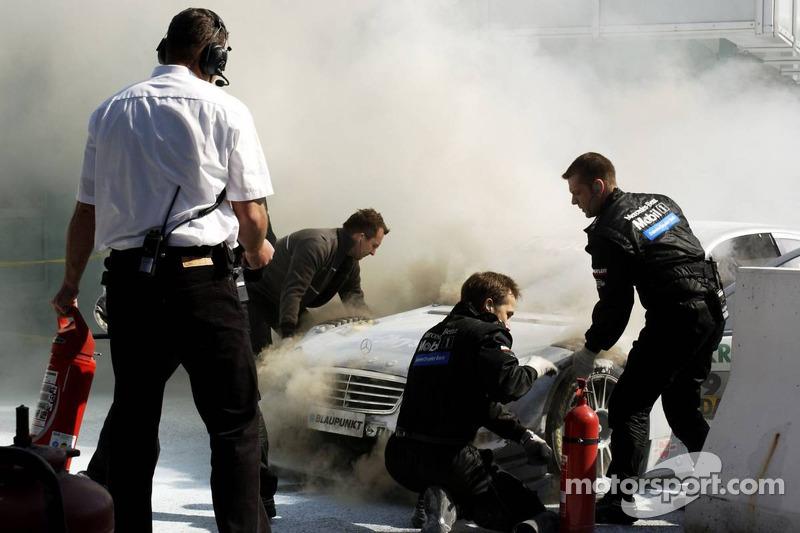 Bruno Spengler arrêté à l'entrée de la voie des stands avec un grand feu