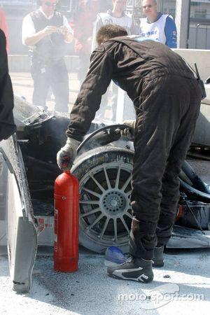 Des mécaniciens enlèvent le feu sur la voiture de Bruno Spengler