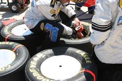 Equipe de Mark Martin vérifie les pneus