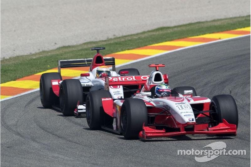 Lewis Hamilton prend un tour à Luca Filippi