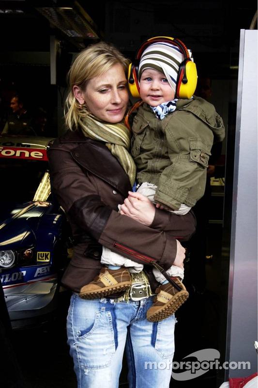 Une mère protège son enfant du bruit des voitures DTM