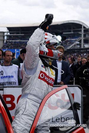 Bernd Schneider quitte sa voiture comme vainqueur de la course DTM 2006