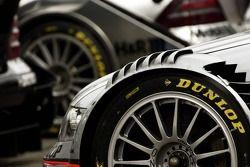 Pneus Dunlop montés sur la voiture Mercedes Benz
