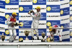 Podium: champagne pour Bernd Schneider, Tom Kristensen et Heinz-Harald Frentzen