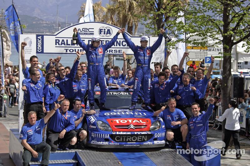 Les vainqueurs Sébastien Loeb et Daniel Elena avec leur équipe