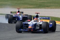 Adrian Valles, Adam Carroll bloque les roues au freinage
