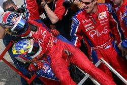 Michael Ammermuller fête sa victoire avec son équipe