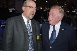 Honda's Robert Clarke discute avec American Le Mans' Dr. Don Panoz