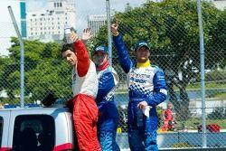 Andreas Wirth fête la victoire avec les autres concurrents