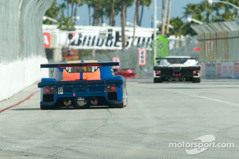 Voitures de course Grand American devant au virage 6 dans la rue de Long Beach