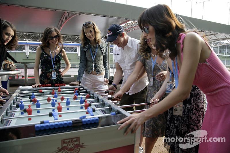 Jeudi refroidi: les jeunes femmes de Formule 1 de Red Bull Energy Station jouent au baby-foot avec Scott Speed