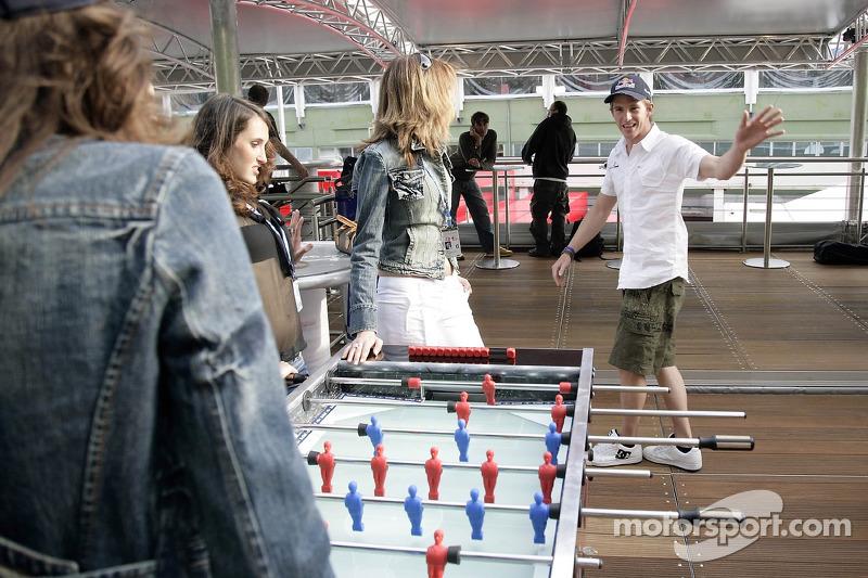 Chilled Thursday: Jeudi refroidi: les jeunes femmes de Formule 1 de Red Bull Energy Station jouent au baby-foot