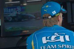 Heikki Kovalainen regarde les qualifications de GP2