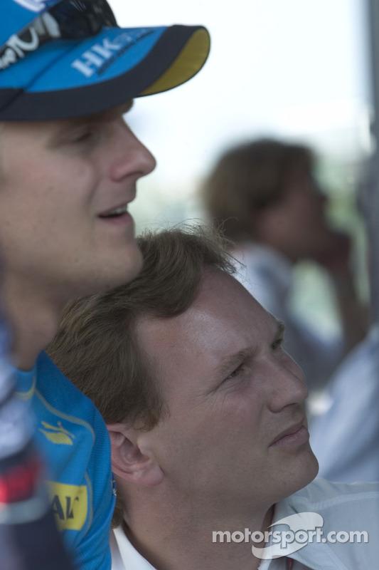 Christian Horner regarde les moniteurs