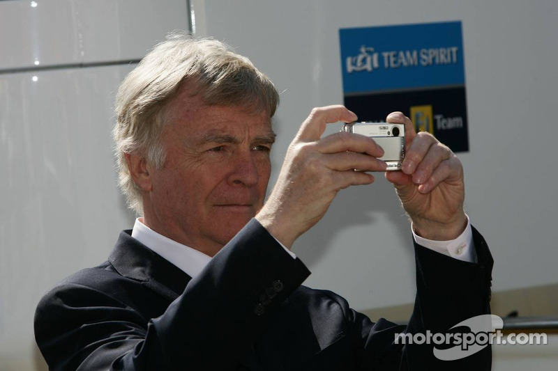 Max Mosley prend une photo