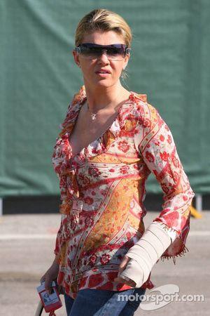 Corina Schumacher arrive au circuit avec son bras gauche dans un bandage