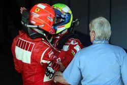 Michael Schumacher celebra la victoria con Felipe Massa