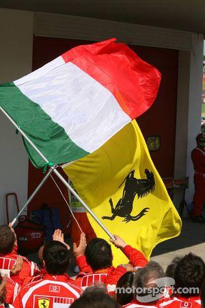 Ferrari-Teammitglieder feiern