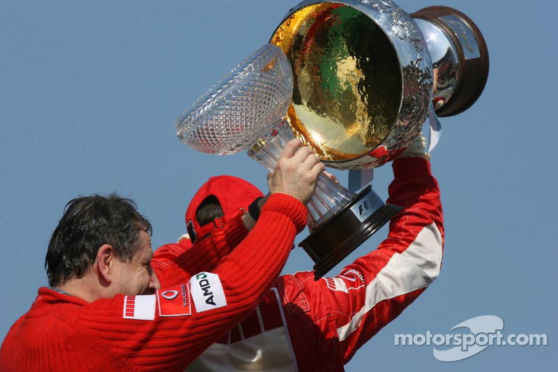 Podyum: Yarış galibi Michael Schumacher ve Jean Todt