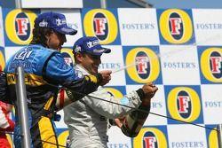Podium: champagne voor Fernando Alonso en Juan Pablo Montoya