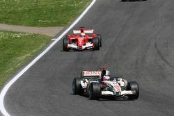 Rubens Barrichello por delante de Felipe Massa