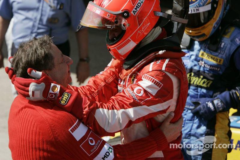 Yarış galibi Michael Schumacher kutlama yapıyor ve Jean Todt
