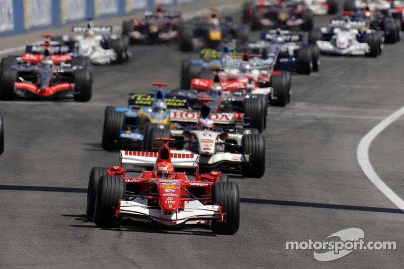Départ: Michael Schumacher prend la tête