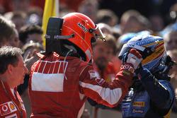 El ganador Michael Schumacher recibe la felicitación de Fernando Alonso