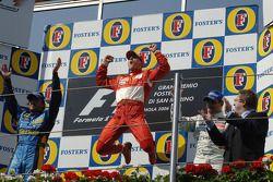 El ganador Michael Schumacher con Fernando Alonso y Juan Pablo Montoya