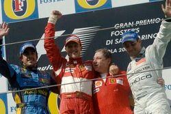 El ganador de la carrera, Michael Schumacher, con Fernando Alonso, Jean Todt y Juan Pablo Montoya