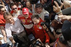 El ganador Michael Schumacher celebra la victoria con Luca di Montezemelo y Jean Todt