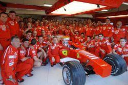 El ganador Michael Schumacher celebra su triunfo con el equipo