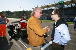 Keke Rosberg talks to Nicolas Todt on the grid