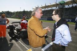 Keke Rosberg talks to Nicolas Todt on the grid